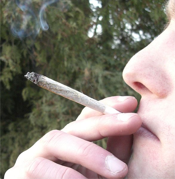 man die een joint rookt